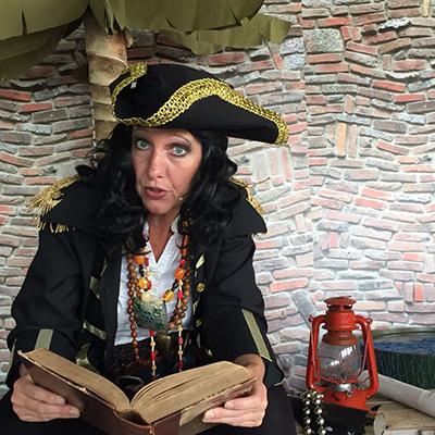 kapitein vrolijk leest voor